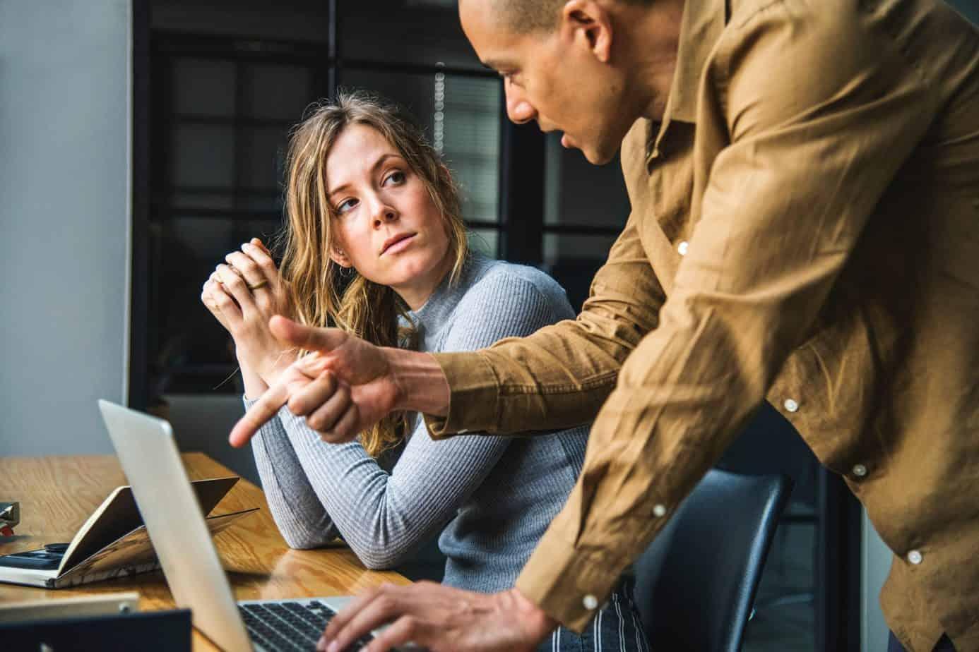 Mobbing am Arbeitsplatz: Frau wird kritisiert