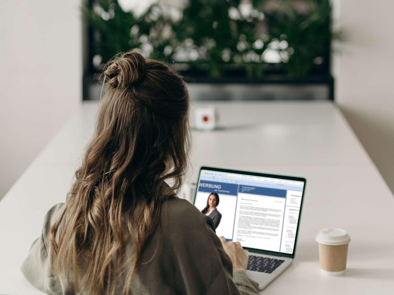 Bewerbungsmappe: Frau erstellt Ihre Bewerbung