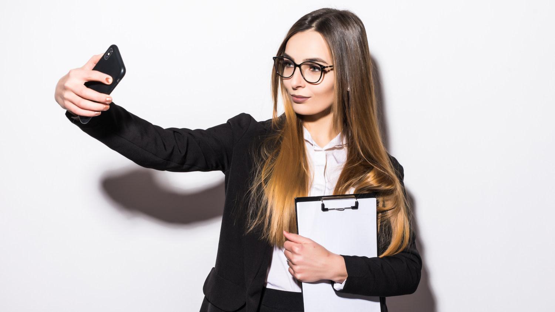 Bewerbungsfoto selber machen - Selfie Businessfrau